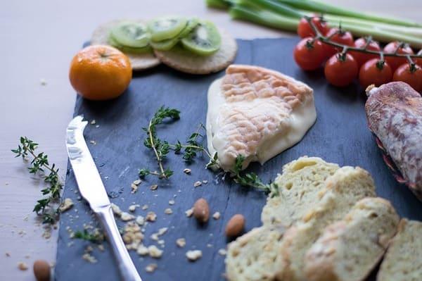 Cuchillo-de-queso-con-tenedor-en-la-punta
